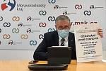 Hejtman Moravskoslezského kraje Ivo Vondrák ukazuje informativní leták k očkování pro seniory