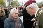 Helena Steblová obdržela záslužný kříž. Blahopřeje jí tehdejší náčelník Generálního štábu AČR Petr Pavel.