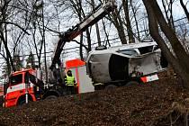 Fabie skončila na střeše v hlubokém příkopu. Řidička vyvázla bez zranění.