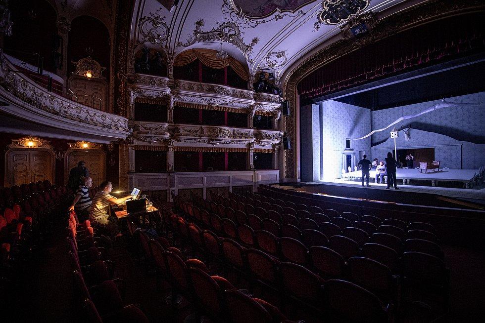 V Divadle Antonína Dvořáka připravoval tým techniků a mistrů světel Národního divadla moravskoslezského scénu pro Smetanovu operu Hubička, 24. května 2021 v Ostravě.