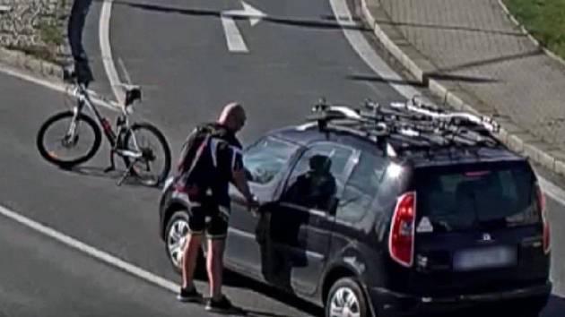 Kamery zachytily, jak se naštvaný cyklista dobývá do auta, jehož řidička na něj zatroubila.
