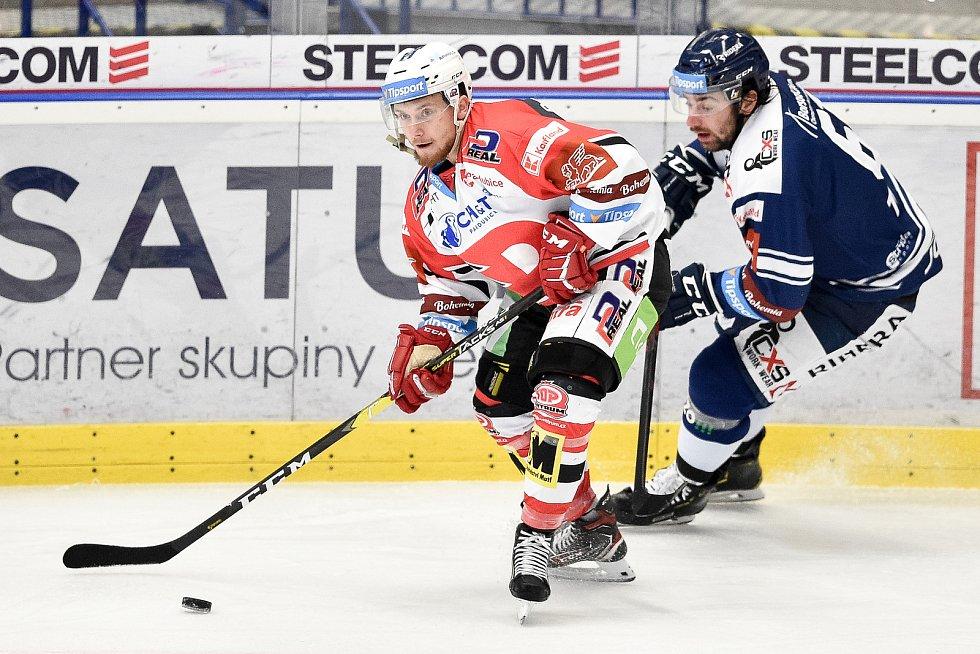 Utkání 24. kola hokejové extraligy: HC Vítkovice Ridera - HC Dynamo Pardubice, 4. prosince 2020 v Ostravě. (zleva) Denis Kusý z Pardubic a Peter Trška z Vítkovic.