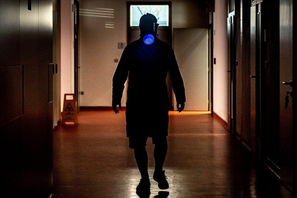 doc. Ing. Roman Fojtík, Ph.D. na chodbě CPIT (Centrum pokročilých inovačních technologií) VŠB-TU Ostrava jde s ochrannou maskou a vyvíjejícím reaktorovým filtrem Subveco. 23. března 2020 v Ostravě.
