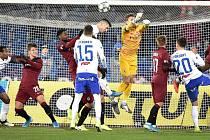 Utkání 20. kola první fotbalové ligy: Baník Ostrava - Sparta Praha, 14. prosince 2019 v Ostravě. Na snímku (střed) Constant Georges Mandjeck a Robert Hrubý.