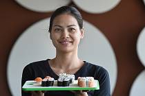 Thajská kuchařka Pimon Kvanmí připravuje v ostravské restauraci japonské suši.