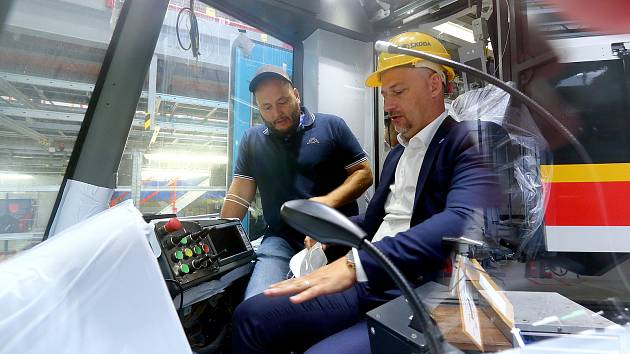 Ředitel Dopravního podniku Ostrava Daniel Morys při prohlídce nových tramvají v plzeňském výrobním závodě společnosti Škoda Transportation.