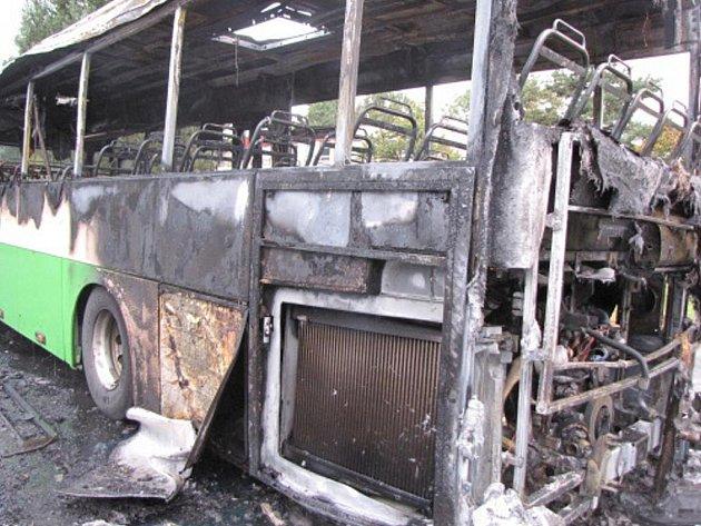 V Ostravě-Kunčicích hořel ve čtvrtek ráno autobus. Odhadovaná škoda činí 2,5 milionu korun.