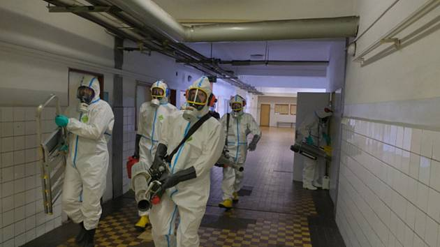 Dezinfikování v Dole Darkov - Hasiči ve speciálních oblecích 1. června 2020 dezinfikují prostory karvinského Dolu Darkov, kde je ohnisko koronaviru.