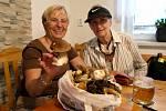 TURISTKY z Ostravy radující se nad svým úlovkem z Morávky v renovované výletní restauraci U Bebka.