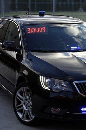 Na ostravskou část dálnice D1 vyrazil nový speciál Škoda Superb 3,6FSI V6 4×4. Je jedním ze sedmi vozů, které od mladoboleslavské automobilky převzala Policie ČR.