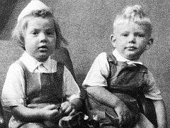 Malá Věrka Špinarová se svým bratrem Lubošem.