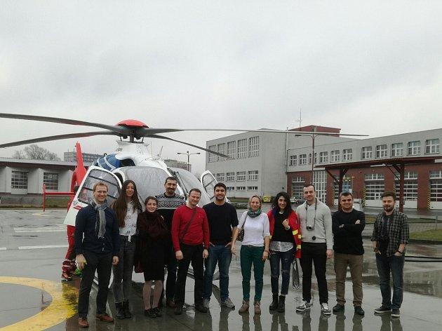Účastníci projektu si prohlédli zásahovou techniku moravskoslezských záchranářů včetně vrtulníku.