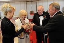 Manželé Majkusovi stvrdili kamennou svatbu slavnostním podpisem v pamětní knize. Jejich oddávajícím byl místostarosta Ostravy-Jihu Ľubomír Košík a ceremoniářkou Šárka Zubková. Nechyběl ani vnuk Dušan, kterého pár vychovával.