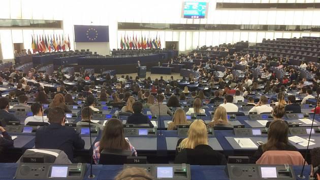 Studenti ze všech třiadvaceti zemí zasedli přímo v jednacím sále Evropského parlamentu.