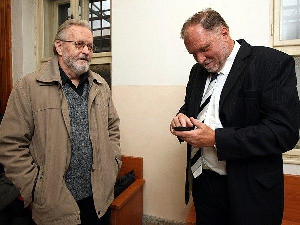 Polistopadový ministr vnitra Tomáš Hradílek (vlevo) se svým advokátem Tomášem Sokolem.