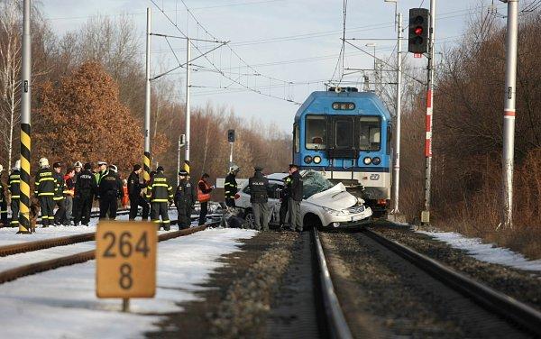 Na železničním přejezdu vOstravě-Třebovicích se dnes po osmé hodině ranní střetl rychlík jedoucí zKrnova sosobním automobilem.