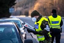 Policie ČR a vojáci kontrolují, jestli lidé dodržují nová protiepidemická opatření omezující volný pohyb mezi okresy.