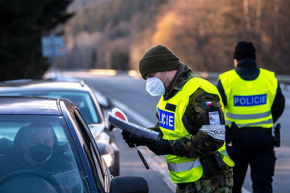 Policie ČR hlídá hranice okresů, ilustrační foto
