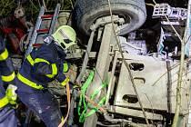 Nehoda tahače vezoucího dřevo v Beskydech.