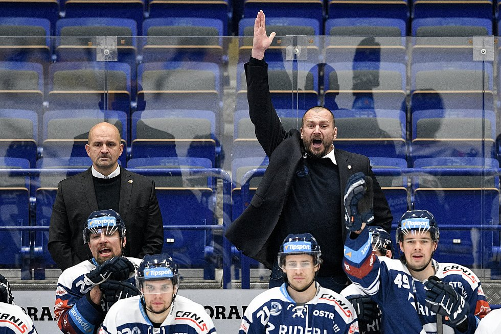 Utkání 40. kola hokejové extraligy: HC Vítkovice Ridera - HC Verva Litvínov, 29. ledna 2021 v Ostravě. (zleva) trenér Vítkovic Miloš Holaň a asistent trenéra Vítkovic Roman Šimíček.