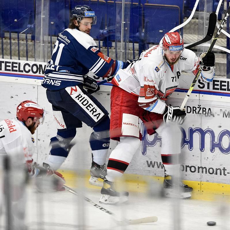 Utkání 15. kola hokejové extraligy: HC Vítkovice Ridera - Mountfield Hradec Králové, 9. listopadu 2020 v Ostravě. (zleva) Alexandre Mallet z Vítkovic a Richard Nedomlel z Hradce Králové.
