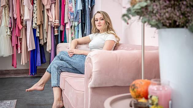 Obchod s oblečením Pohel úhledu na ulici Přívozská, 22. října 2020 v Ostravě. Majitelka obchodu Eva Šindlerová.