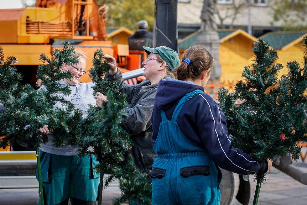 Plastový vánoční strom na Masarykově náměstí v centru Ostravy.