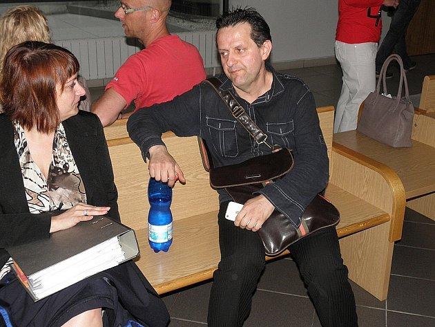 Bývalý šéf Janáčkovy filharmonie Ostrava Peter Krajniak na snímku se svou obhájkyní Andreou Vejběrovou.