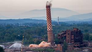 Demolice komínu Strakáč v Ostravě