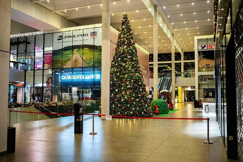 Vánoční dekorace v obchodním centru Forum Nová Karolina a na Masarykově náměstí. 14. listopadu 2020 v Ostravě.