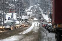Pondělní ranní situace v Ostravě. Kolem sedmé hodiny ranní se vytvořily například kolony na ulici 17. listopadu, naplnila se i ulice Bílovická, problémy měli řidiči, kteří přijížděli z Opavy po Opavské, která byla také plná.