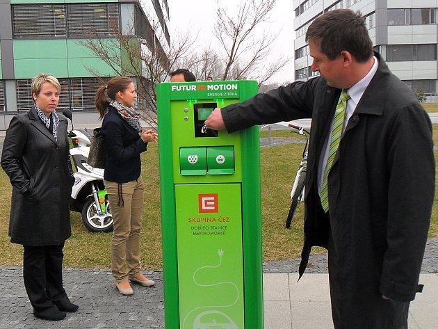 Tomáš Chmelík, manažer útvaru čisté technologie společnosti ČEZ, vysvětluje, jak nová dobíjecí stanice pro elektromobily funguje.