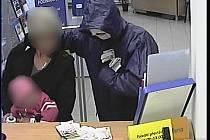 Kamera v bance zachytila lupiče i jeho rukojmí