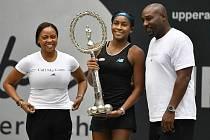 KRÁSNÉ POPRVÉ. Americká tenistka Coco Gauffová po svém premiérovém titulu na okruhu WTA, kterého dosáhla v patnácti letech v rakouském Linci. Zajímavostí je, že prohrála v kvalifikaci a do hlavní soutěže se dostala jako lucky loser. Na snímku také mamimka
