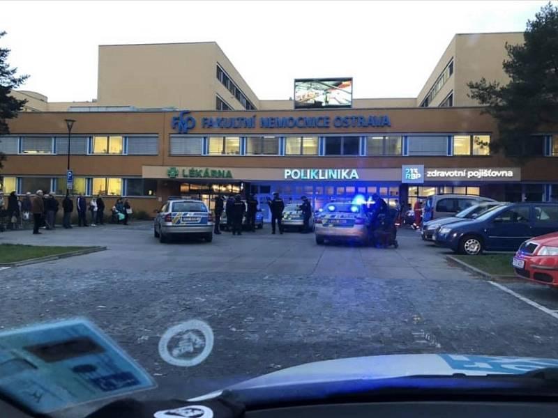 Policisté před poliklinikou v Porubě.