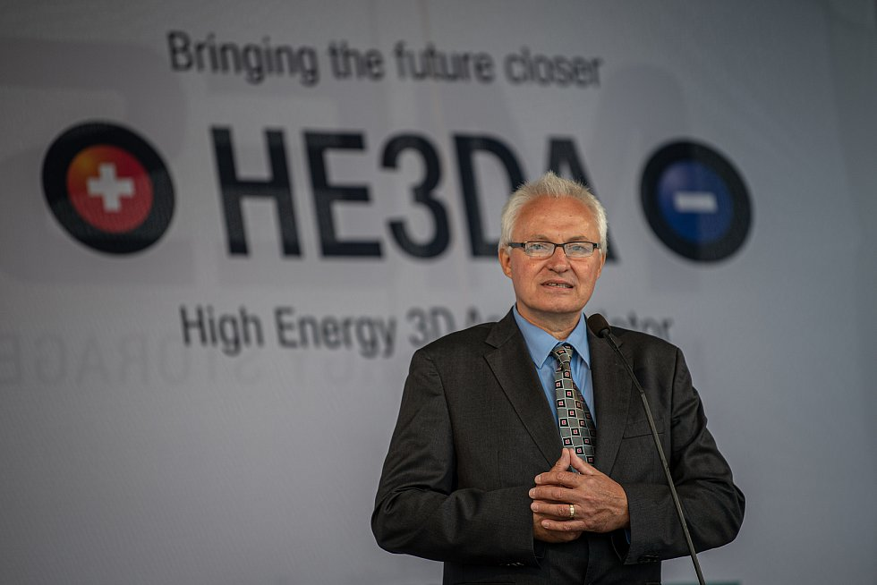 Společnost Magna Energy Storage (MES) otevřela v průmyslové zóně po bývalém černouhelném Dole František továrnu na výrobu vysokoenergetických akumulátorů HE3DA, 17. září 2020 v Horní Suché. Autor patentu Jan Procházka.