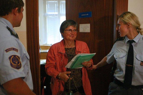Ve čtvrtek 10.září před senátem Krajského soudu vOstravě znovu stanul Petr Kramný (37let) zKarviné. Na snímku uprostřed psycholožka Blanka Čepická.