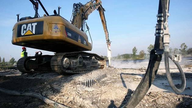 Ostravské laguny na konci září 2008. Práce na jejich likvidaci pokračují.