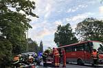 Při nehodě linkového autobusu a auta na Opavsku se zranili tři lidé.