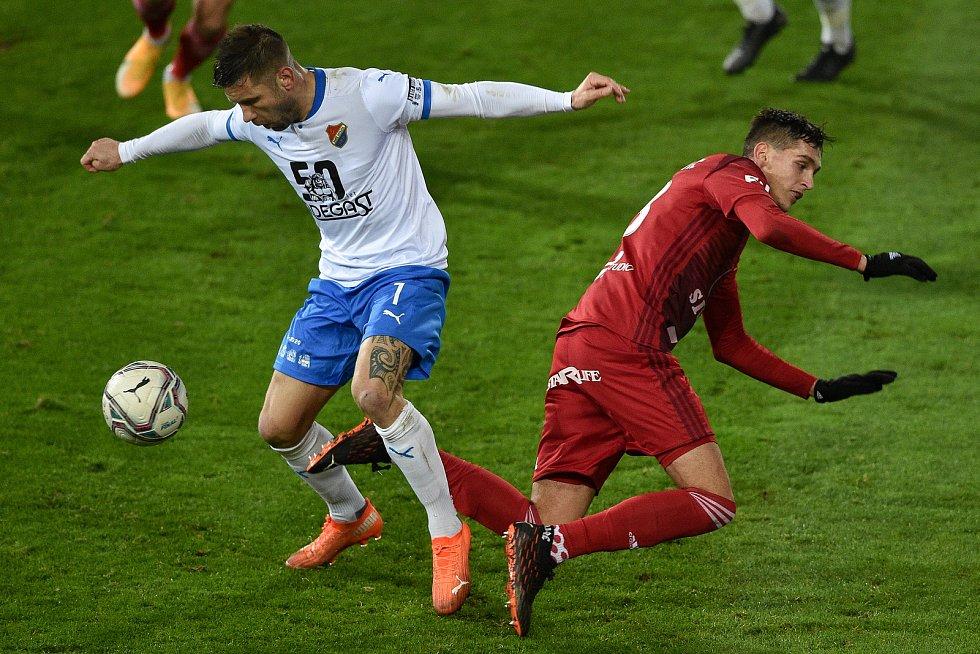 Utkání 13. kola první fotbalové ligy: FC Baník Ostrava - Sigma Olomouc, 18. prosince 2020 v Ostravě. (Zleva) Martin Fillo z Ostravy a Mojmír Chytil z Olomouce.