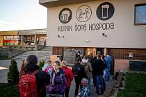 Zavřená hospoda Kurnik Šopa doprodává zbytky piv které měli na čepu, 14. března 2020 v Ostravě. Kvůli novému opatření vlády k zamezení šíření koronaviru (covid-19), musí být všechny restaurace, hospody a jiné podniky zavřené.