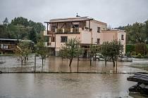 Noční deště zvedly hladiny řek na severní Moravě, 14. října 2020. Rozlitá voda z říčky Porubky v obci Vřesina.