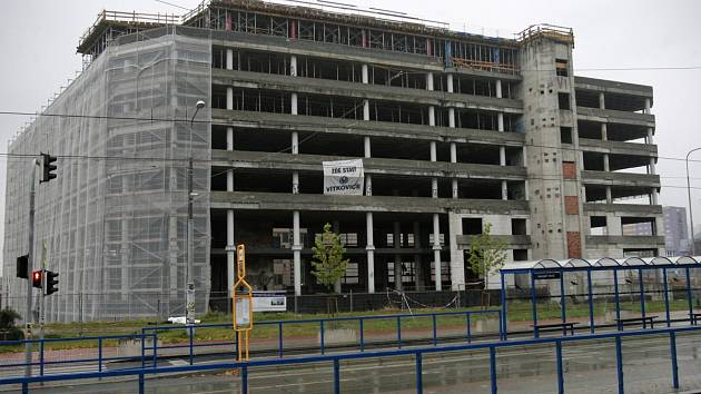 Železobetonový skelet naproti Domu kultury města Ostravy. Dlouho očekávané dokončení stavby se blíží.