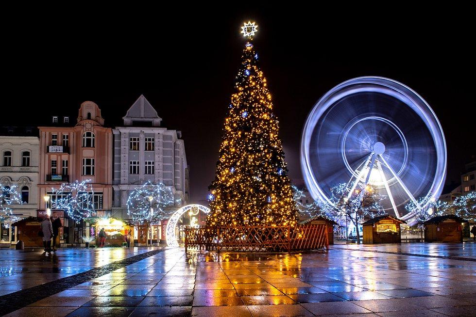 Masarykovo náměstí v předvánočním čase. Dnešním dnem také byla uvolněna některá opatření související s Covid-19, například otevření restaurací. 3. prosince 2020 v Ostravě.