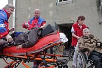 Tři sanitky, které zajistil ostravský magistrát, převezly osm zdravotně postižených do Ostravy.