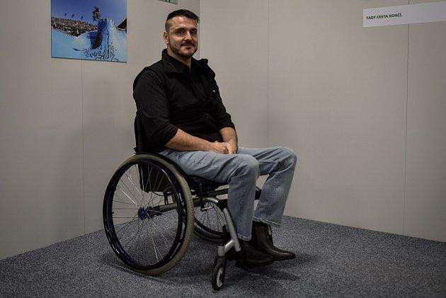 Jan Maršálek je po úrazu na invalidním vozíku. Ve Světě techniky pracuje jako animátor.