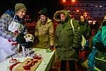 """""""Pojďte ochutnat pejska. Naloženého, naporcovaného. Můžeme ho i vykuchat a koupíte si jej,"""" haleká na okolí fingovaný prodejce vánočních psů před Novou Karolinou v centru města."""