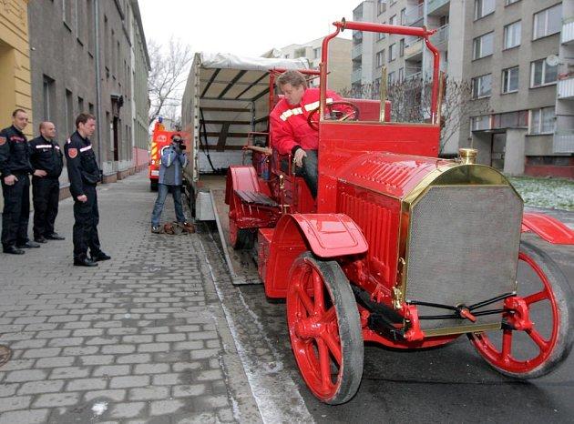 Historické hasičské auto Tatra se na čas stěhuje z kopřivnického muzea do Hasičského muzea v Ostravě