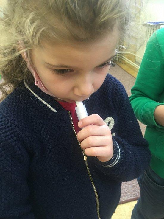 Děti si vyzkoušely udělat si test ze slin samy.