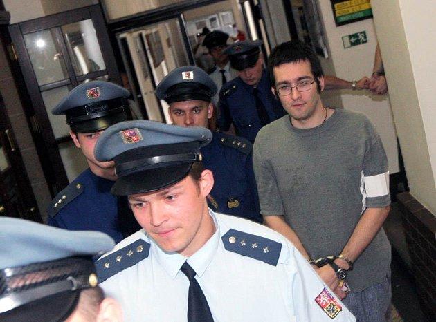Karel Ochvat, společně s Marianem Manou obžalovaný ze zabití Petry Baloghové,  přichází k jednání Krajského soudu v Ostravě